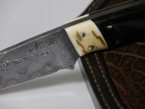 Jadgmesser Damast-Mammutelfenbein-Ziricote. Krokodilleder Einlage in der Messerscheide